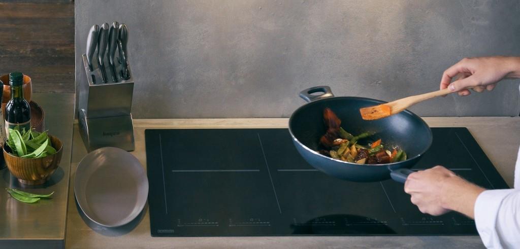 Die Mythos Kochfelder zeichnen sich aus durch ihre sehr hohe Leistung mit Doubleboost-Funktion von bis zu 5,5 kW sowie zahlreiche Komfortfeatures, wie automatische Bridge-Zonen, achteckige Semipro Induktionsspulen, sensorgesteuerte Aufheizstufen sowie Pausen-Funktion.