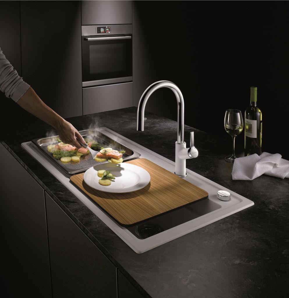 Die neue Silgranit-Spüle Blanco Zenar XL 6 S DampfgarPlus vereint erstmals lückenlos zwei Bereiche der Küche und setzt dabei auf höchste Flexibilität und ergonomische Abläufe. Im Lieferumfang der Spüle enthalten sind auch zwei extra tiefe und gelochte Gastronormbehälter und ein Schneidbrett wahlweise aus Holz oder Glas.